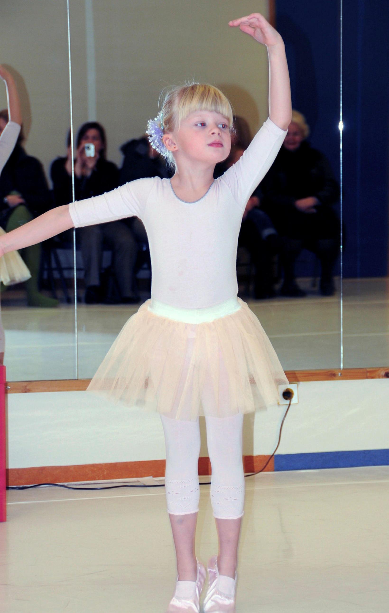 Hér má sjá Ísabellu litla í ballettkjól.