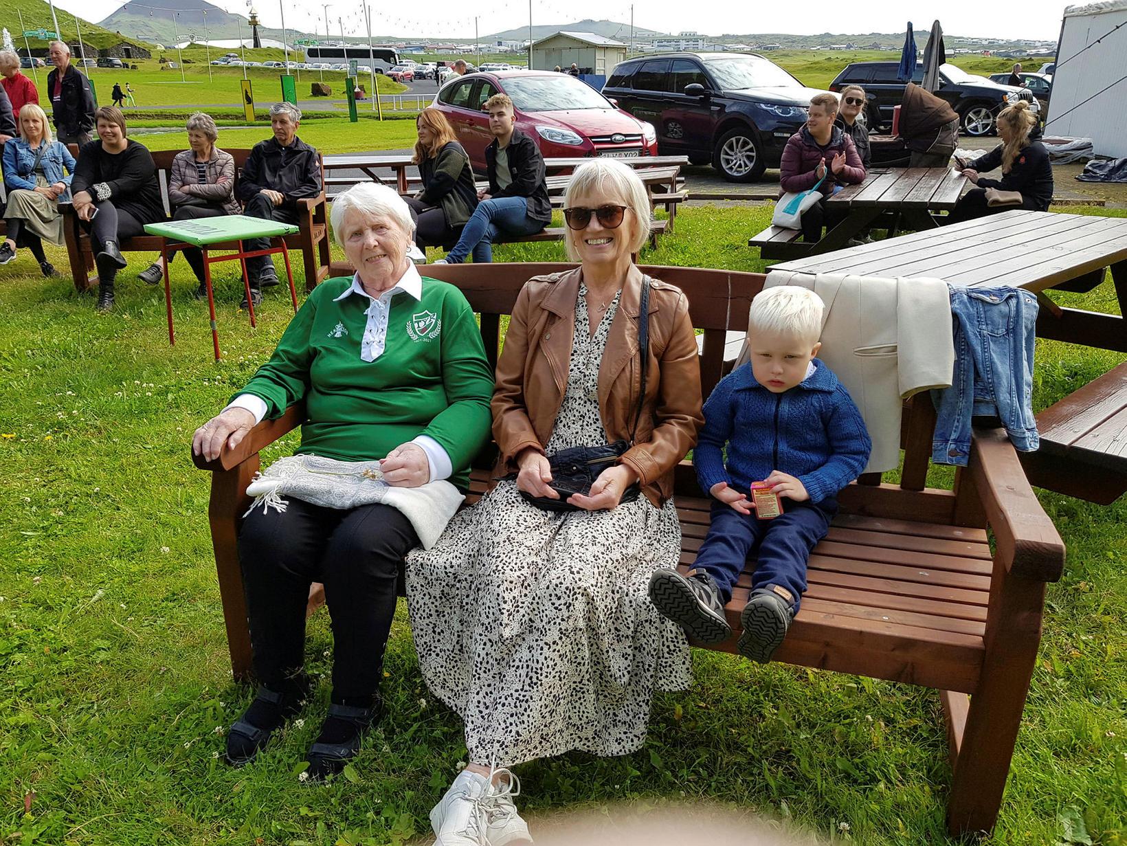 Mæðgurnar Guðný Gunnlaugsdóttir og Guðný Jensdóttir og dóttursonurinn, Bjartur Unnþórsson, …