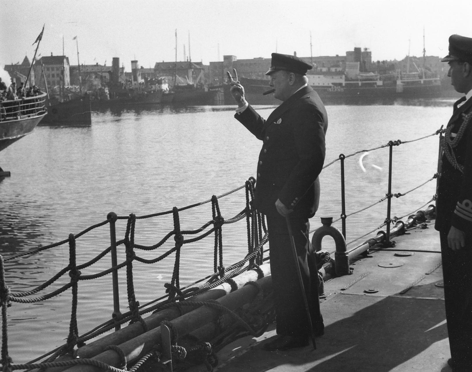 Churchill sýnir sigurmerkið fræga.
