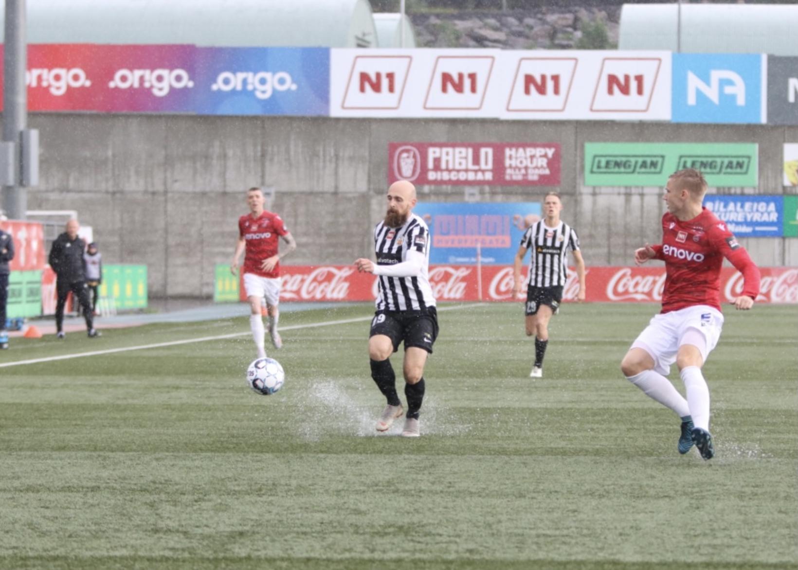 Kristinn Jónsson og Patrick Pedersen í bleytunni á Hlíðarenda í …