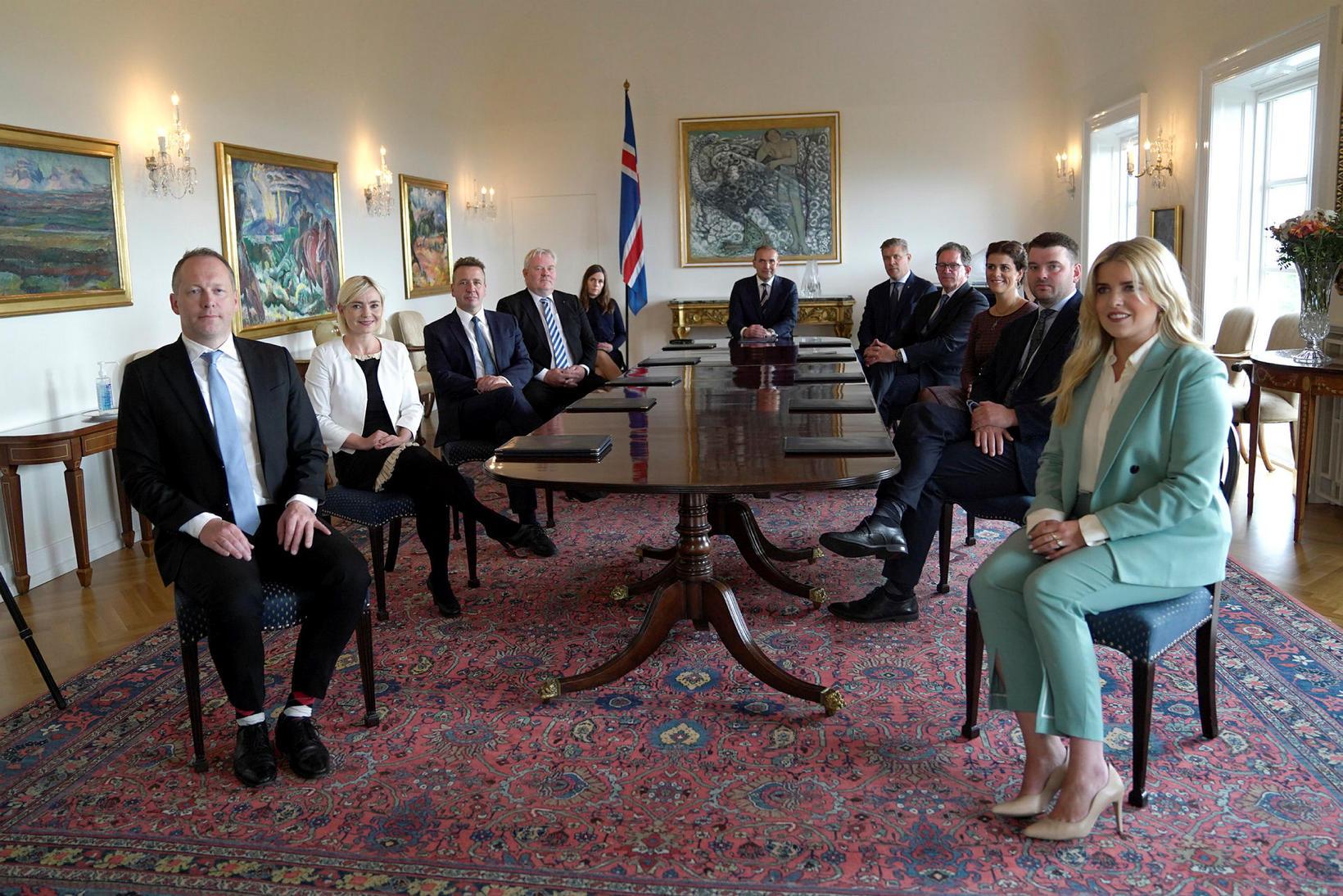 Ríkisstjórn Íslands ásamt Guðna Th. Jóhannessyni, forseta Íslands, á ríkisráðsfundi …
