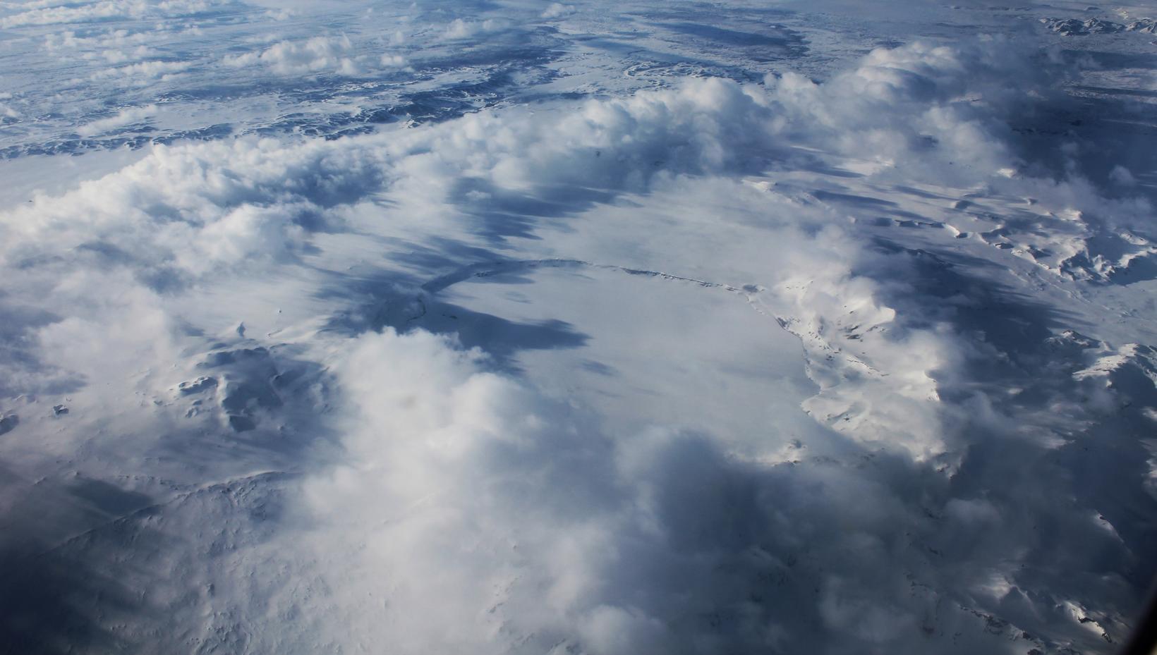 Öskjuvatn blasir við á flugleiðinni milli Reykjavíkur og Egilsstaða.