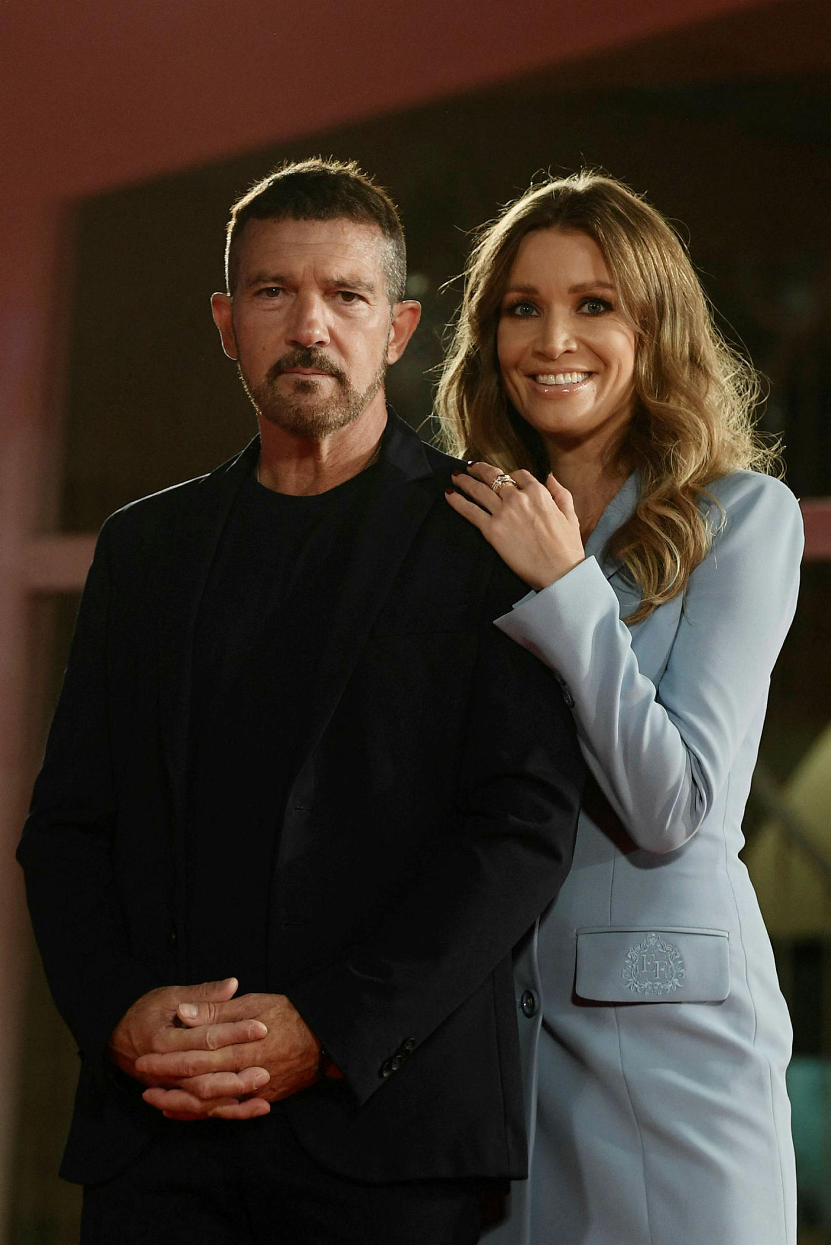 Antonio Banderas og Nicole Kimpel brostu á rauða dreglinum.