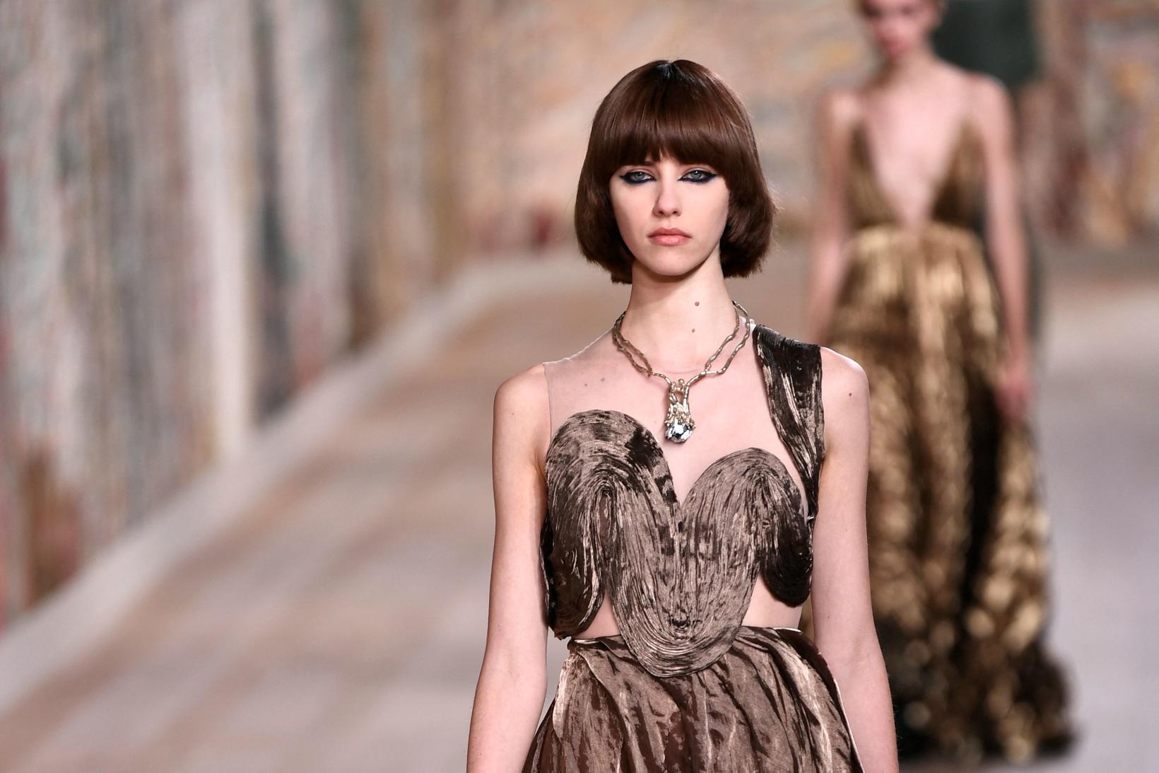 Þessi mynd er af tískusýningu Dior sem fram fór á …