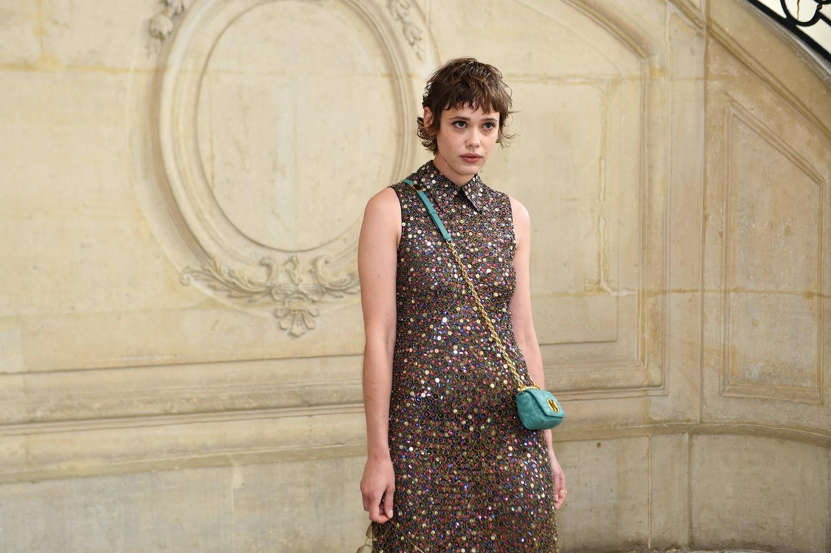 Franska leikkonan Mathilde Warnier með Dior-tösku.