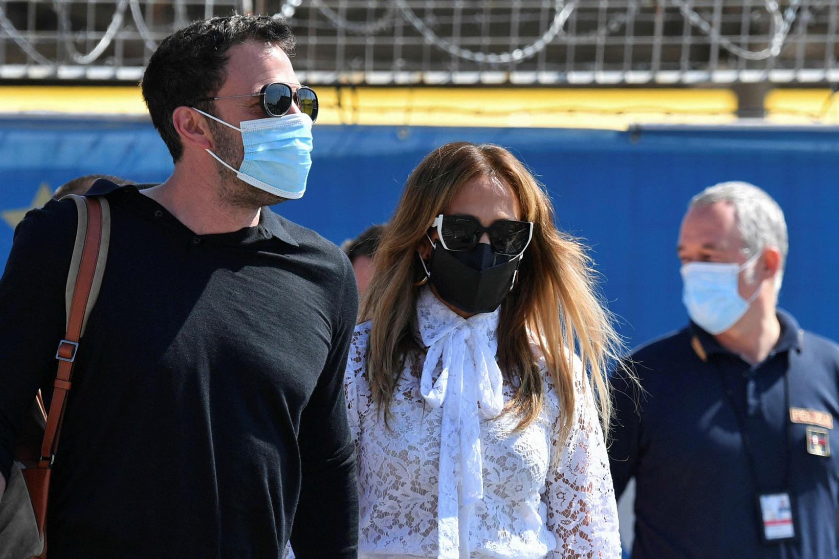 Ben Affleck og Jennifer Lopez voru með sólgleraugu og grímur.
