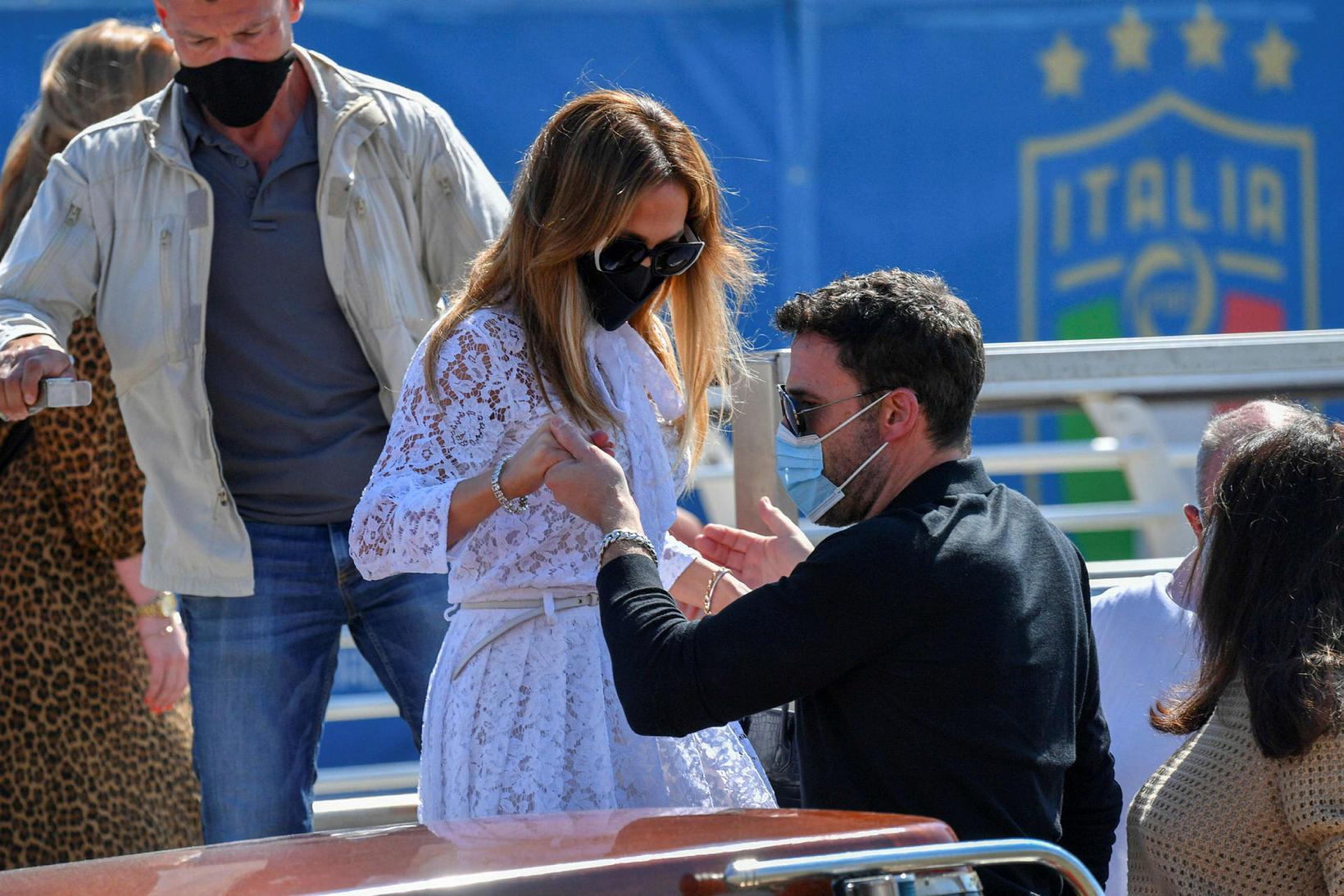 Ben Affleck hjálpaði Jennifer Lopez í bátinn.