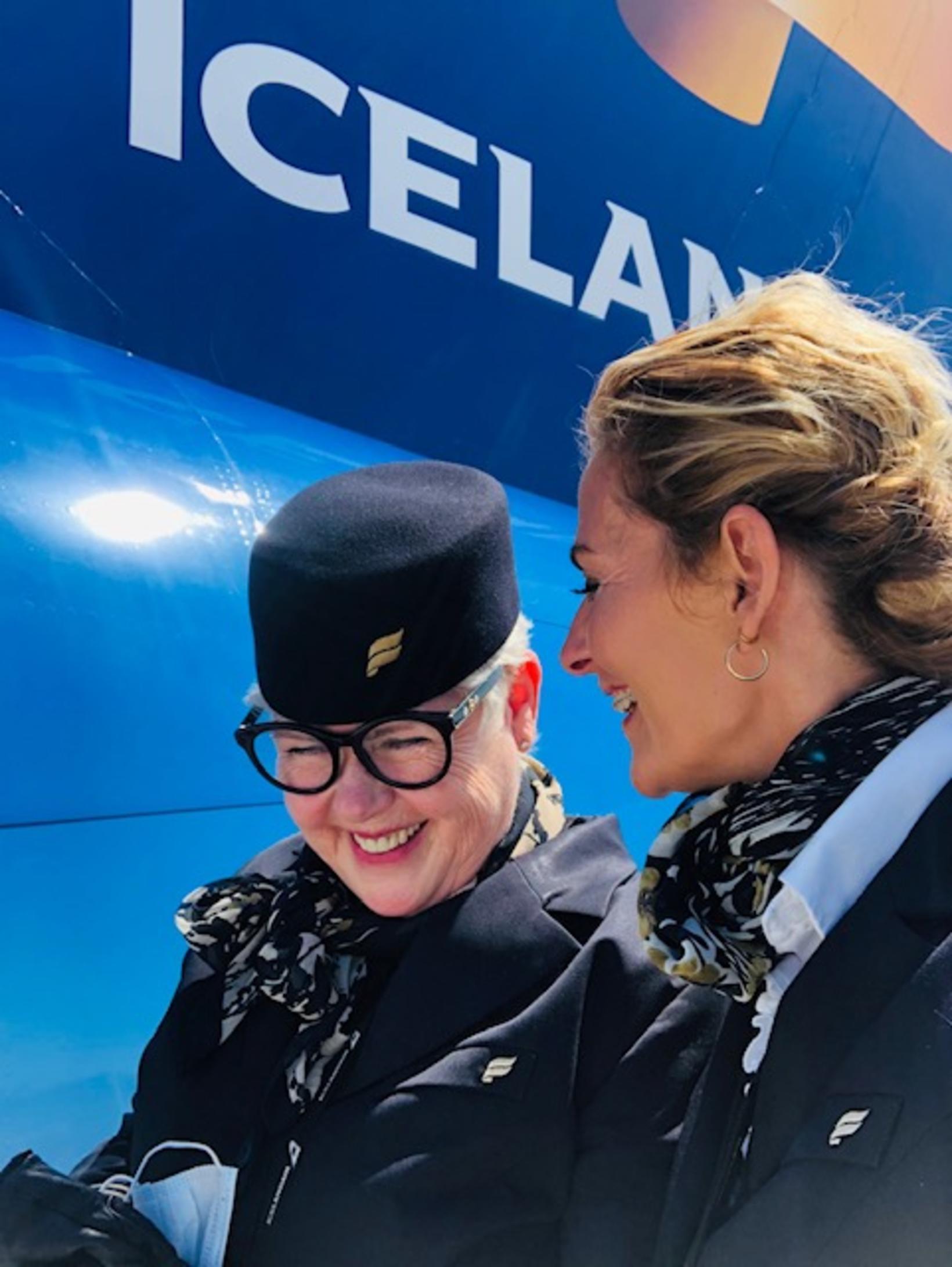Brosmildar flugfreyjur. Kristín ásamt samstarfskonu sinni hjá Icelandair.