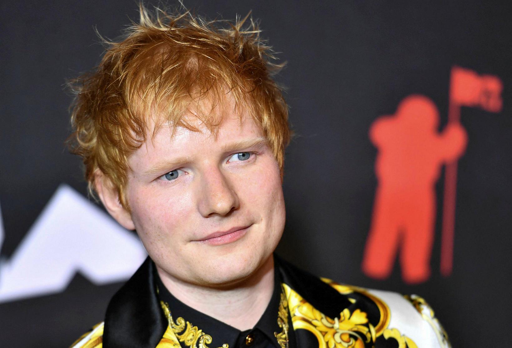 Ed Sheeran í jakka frá Versace.