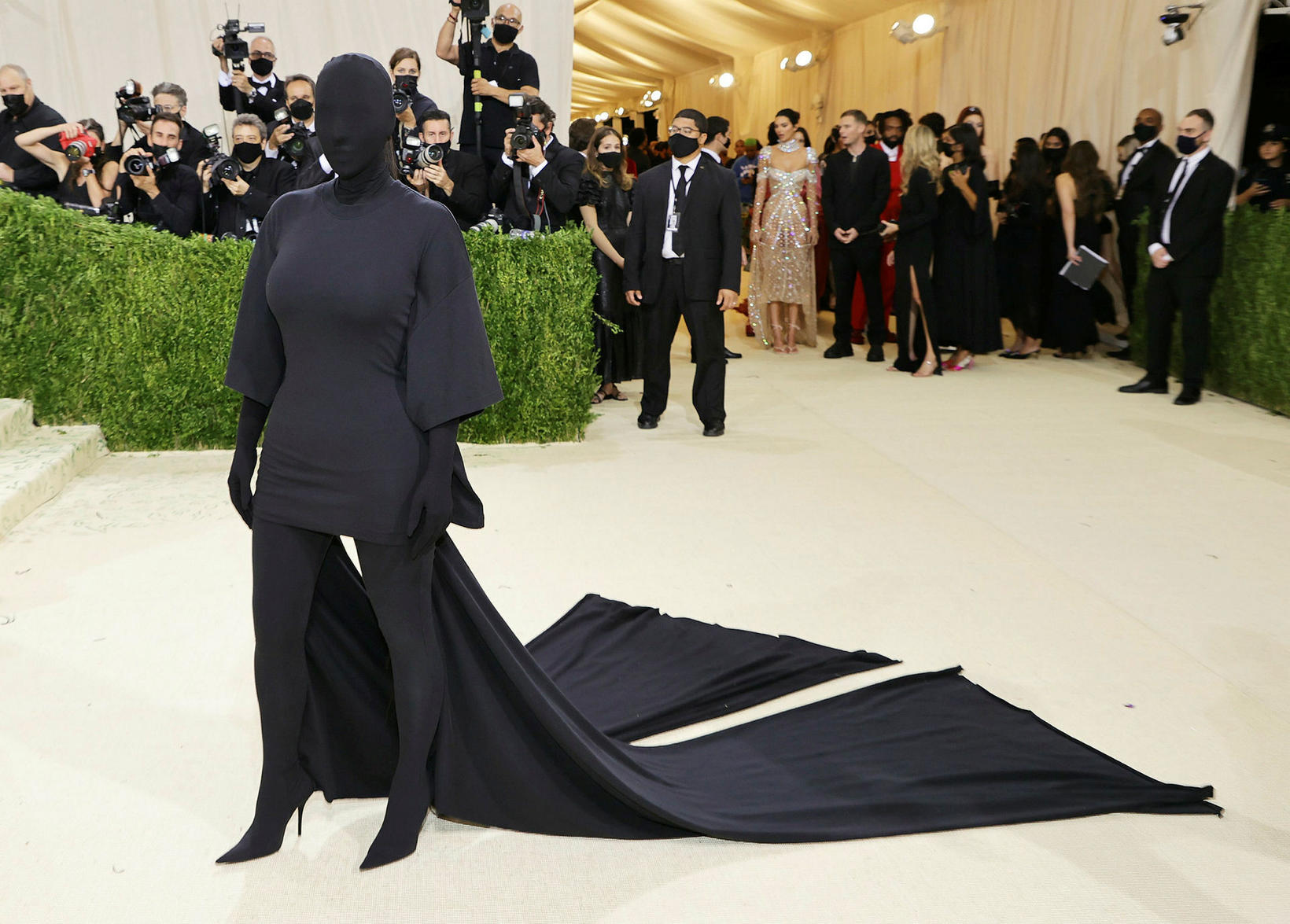 Kim Kardashian í öllu svörtu.