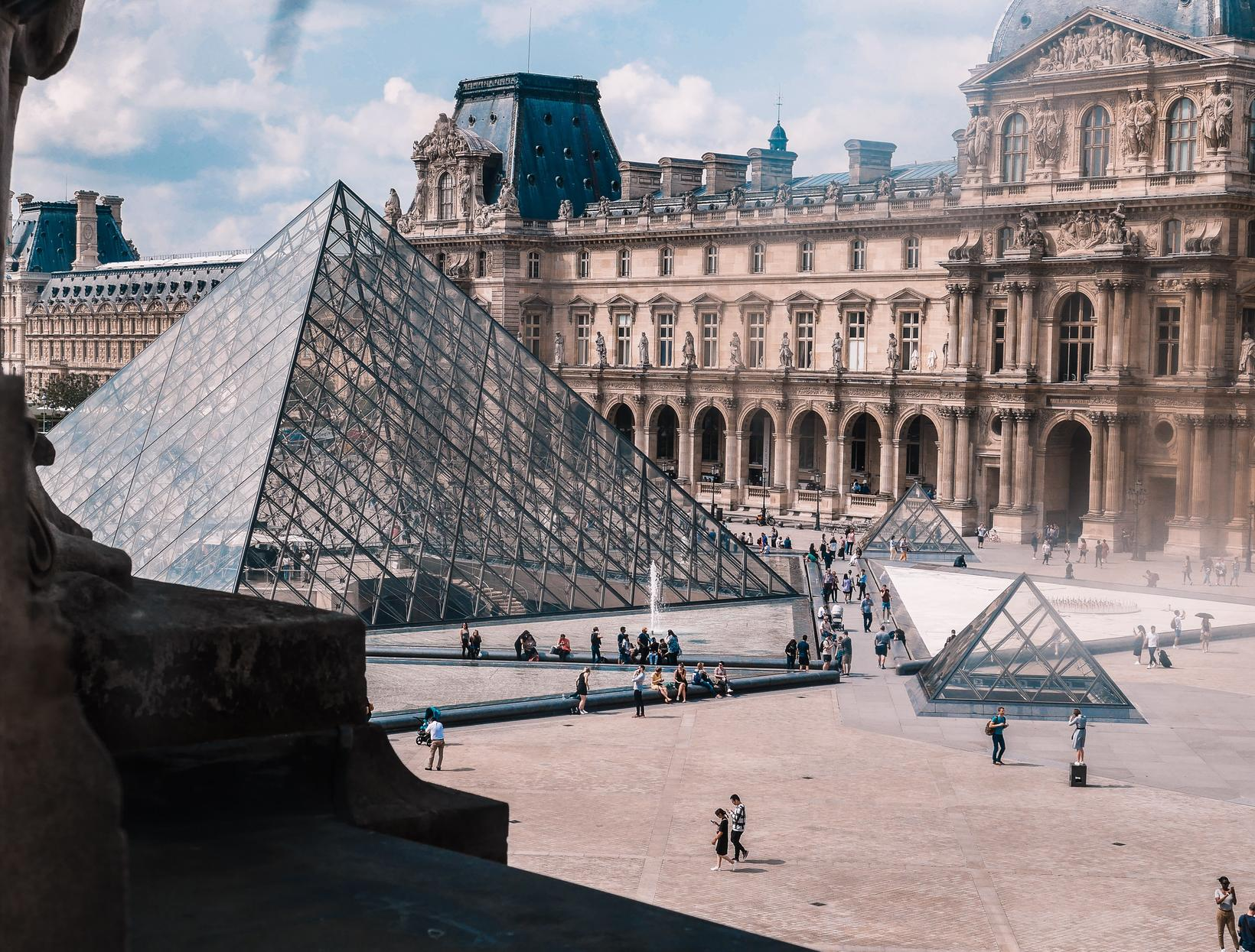 Louvre í París.