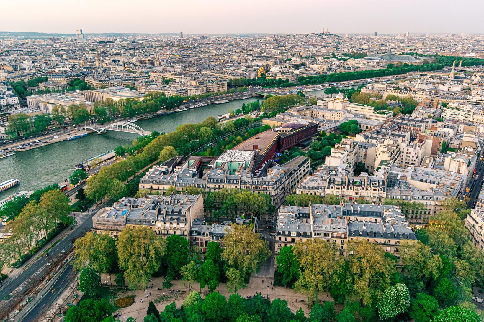 Áin Signa rennur í gegnum París.