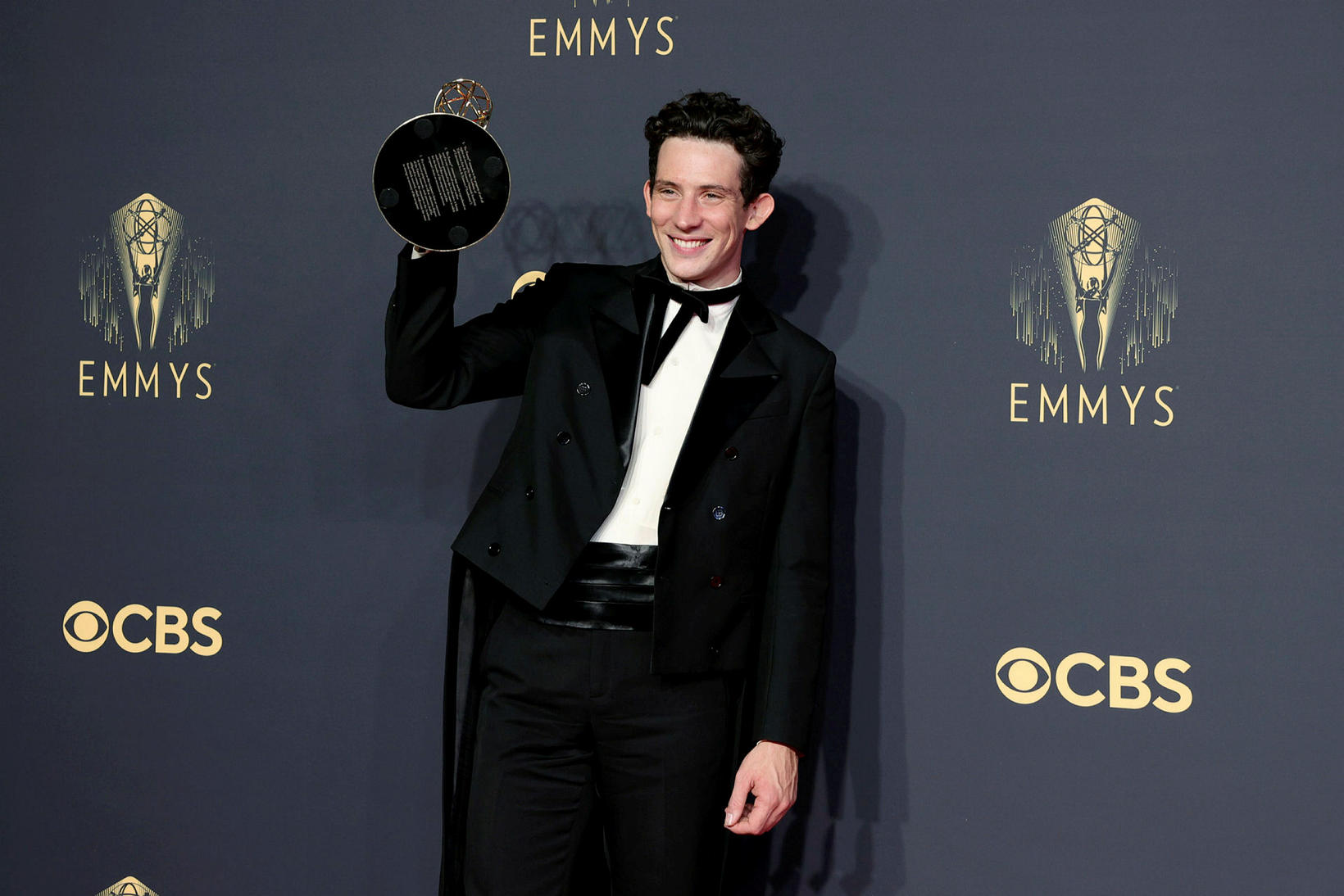 Josh O'Connor með Emmy-verðlaunin fyrir hlutverk sitt sem Karl Bretaprins …