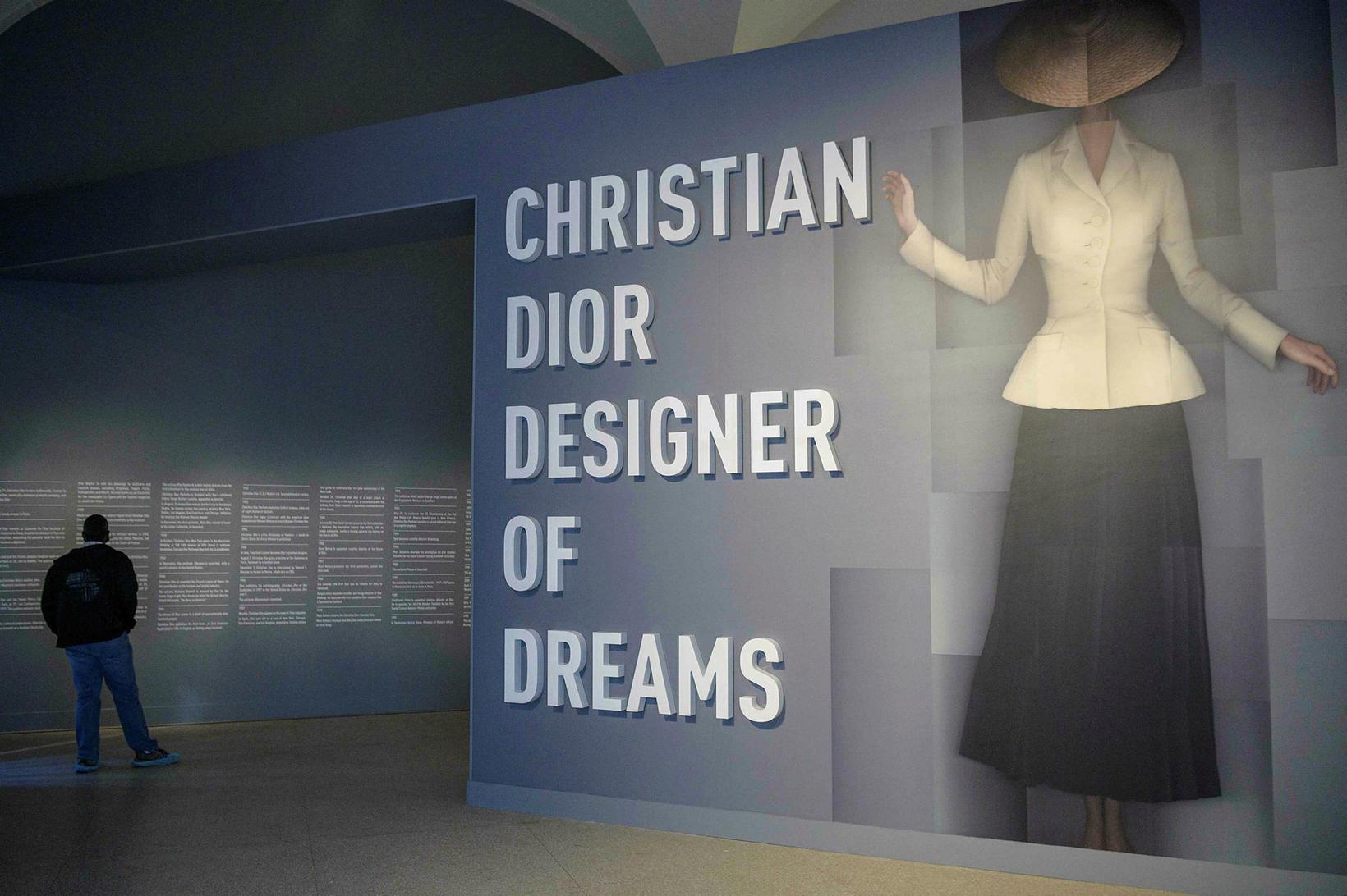 Yfirlitssýningin ber yfirskriftina Christian Dior: Designer of Dreams.