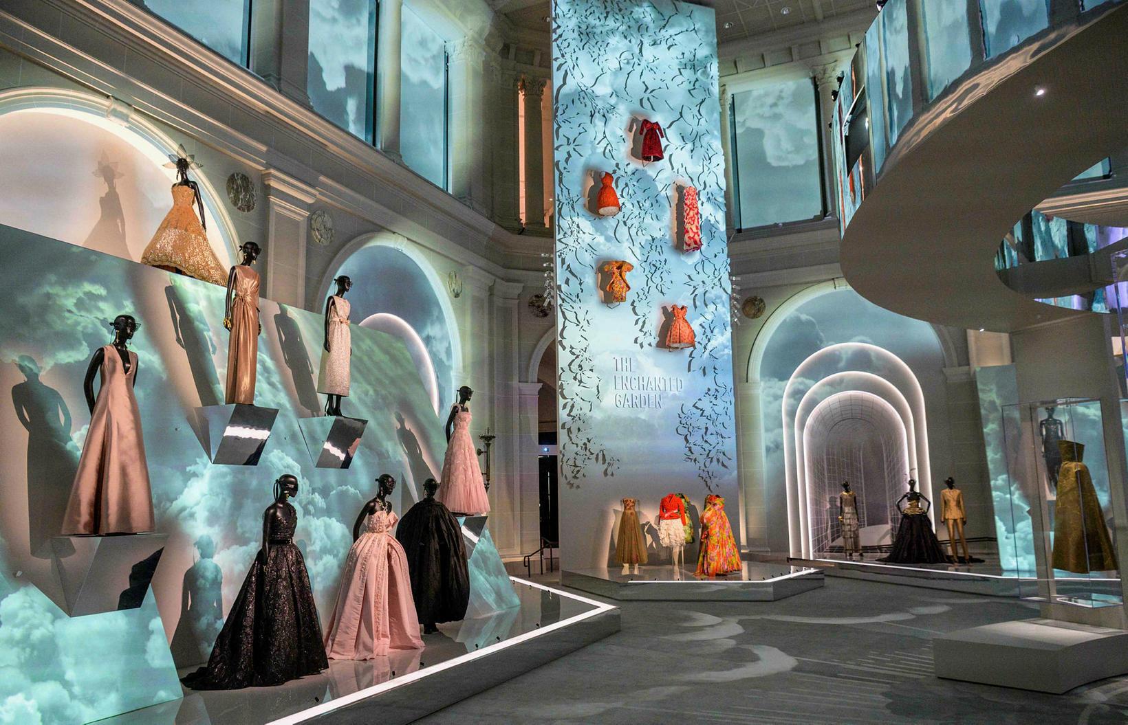 Kjólar frá hátískumerkinu Dior á safni í Brooklyn.