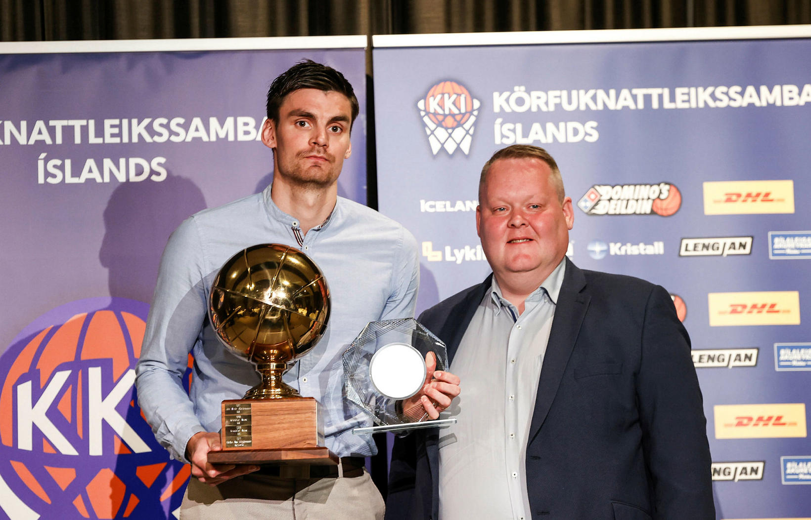 Hörður Axel Vilhjálmsson, fyrirliði karlalandsliðsins, ásamt Hannesi S. Jónssyni, formanni …