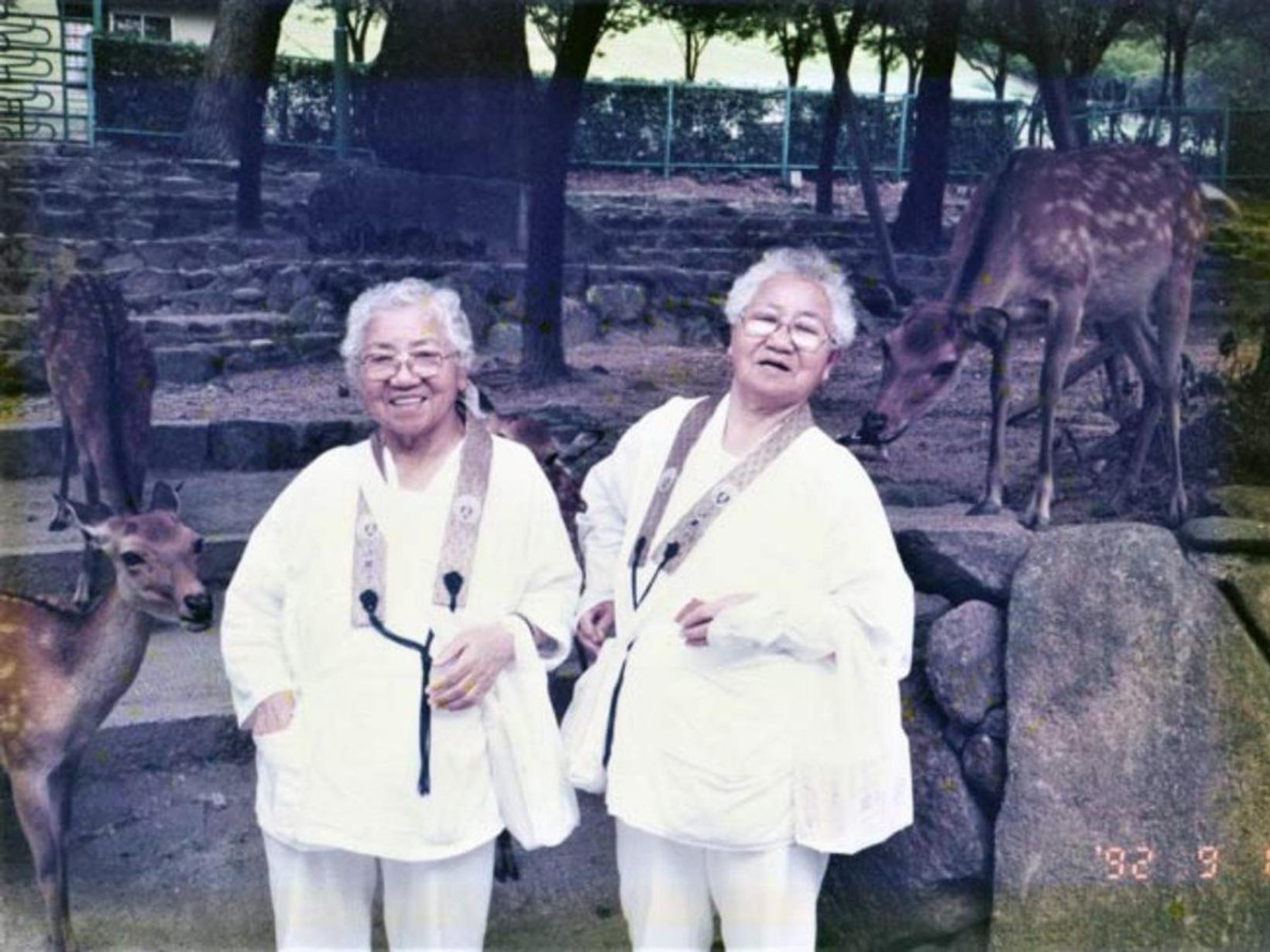 Umeno Sumiyama og Koume Kodama eru elstu eineggja tvíburar í …