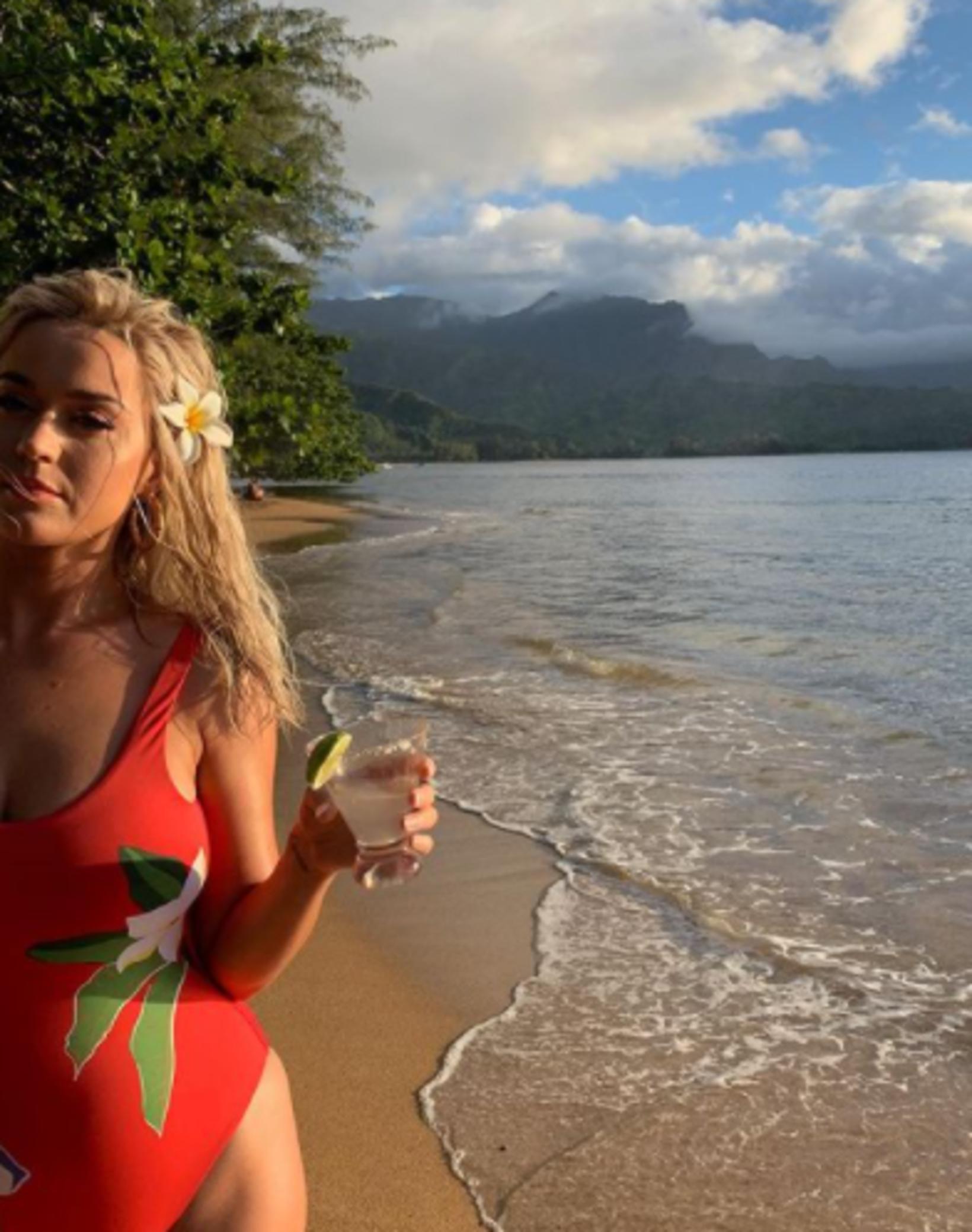 Katy Perry í rauðum sundbol frá Onia sem er nú …