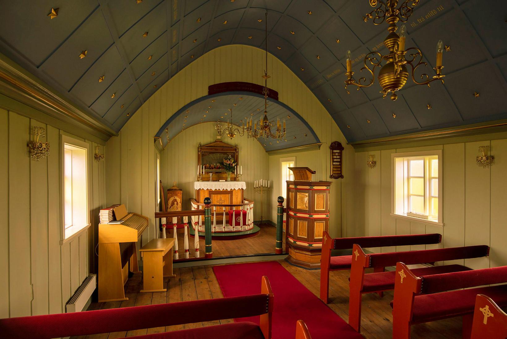 Miðgarðakirkja, kirkjan í Grímsey, var mjög falleg en er nú …