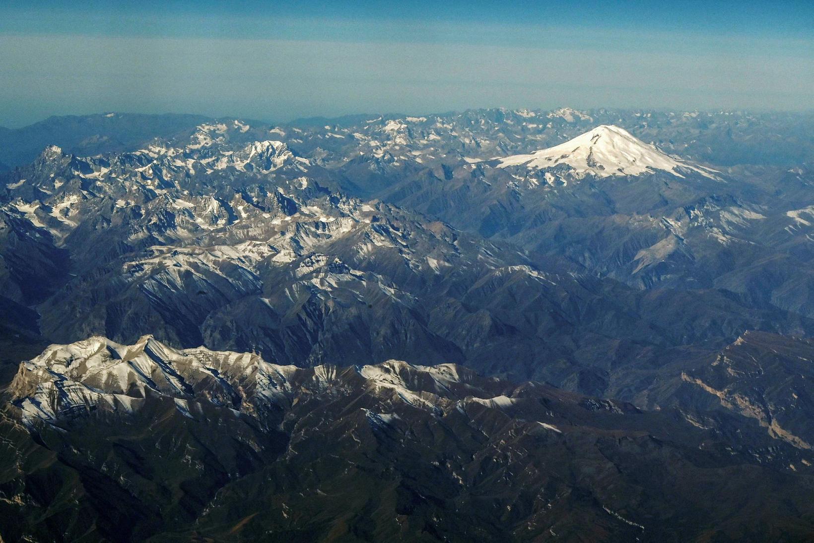 Kákasusfjöllin. Elbrus er hér snæviþakið.