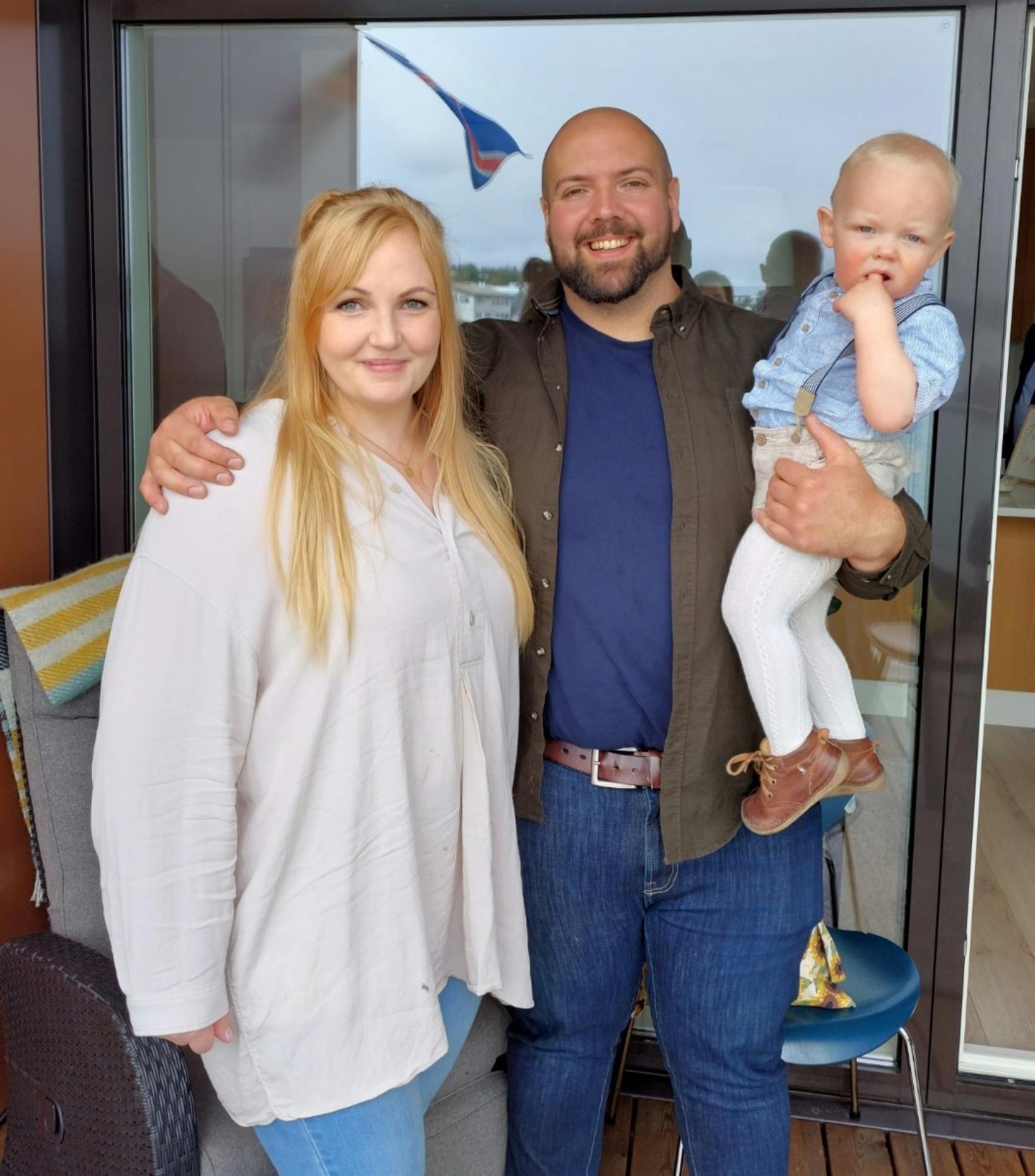 Ellen og Júlían ásamt syni sínum.
