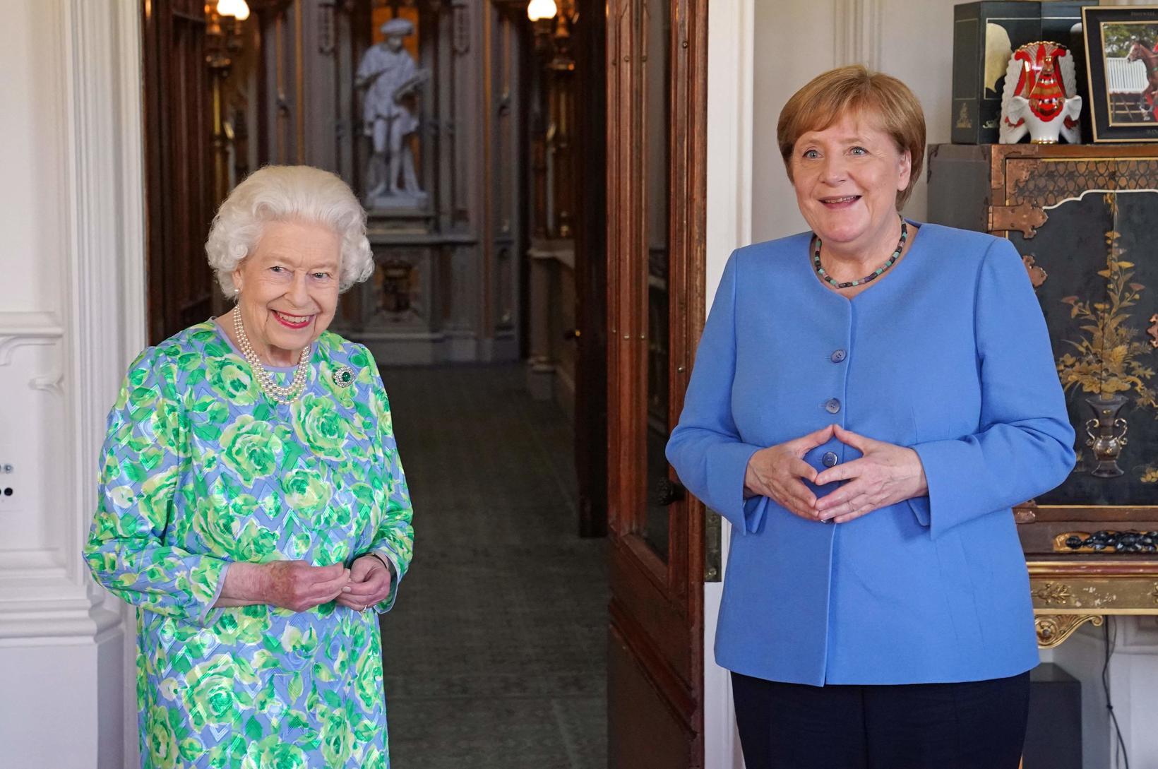 Merkel valdi einnig blátt þegar hún heimsótti Elísabet Englandsdrottningu.