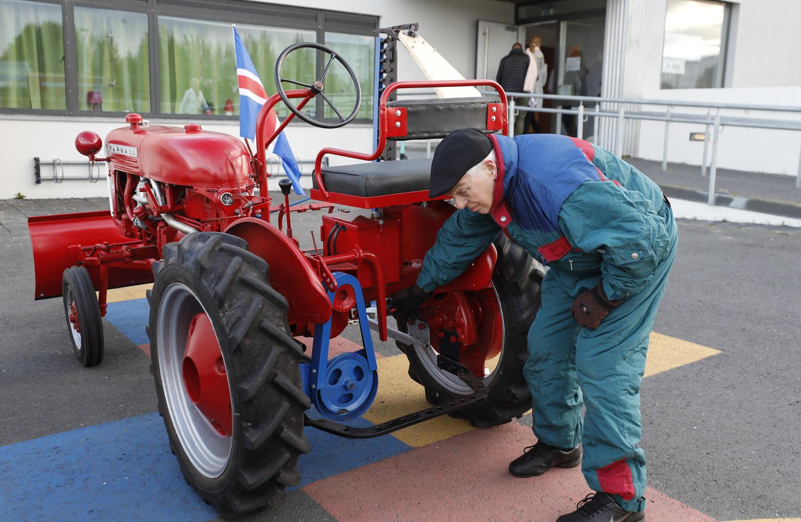 Sigurjón Einarsson mætti á traktor á kjörstað í Breiðagerðisskóla þegar …