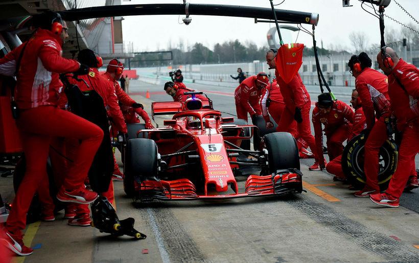 Vettel kemur inn til dekkjaskipta í Barcelona.