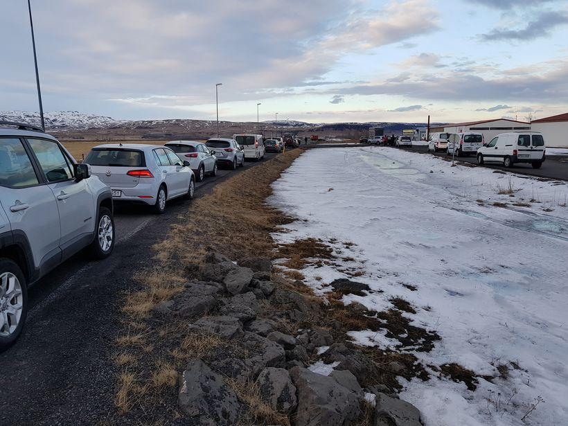 Langar bílalestir eru á Suðurlandsvegi vegna slyssins í gær.