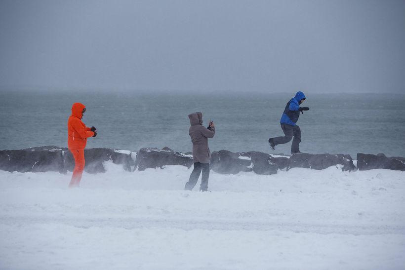 Svalir ferðamenn í Reykjavík.