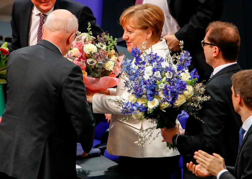 Angela Merkel tekur við árnaðaróskum á þinginu eftir endurkjörið.