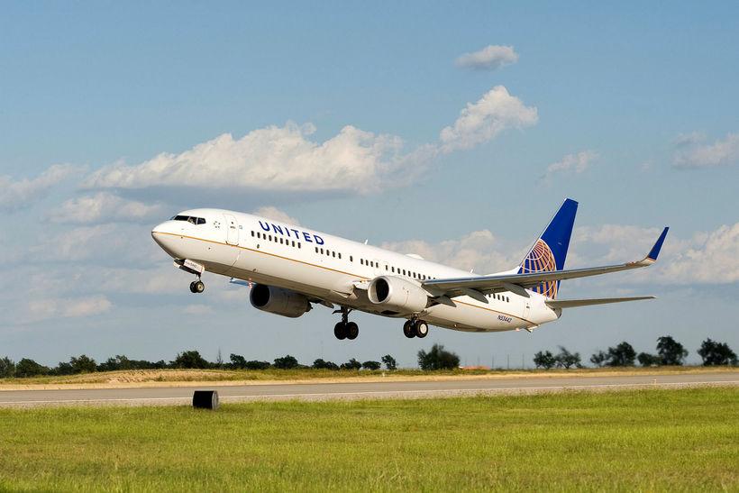 Flugfél frá United Airlines hefur sig á loft.