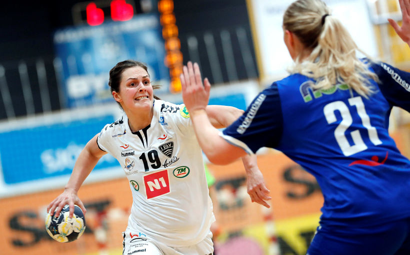 Ester Óskarsdóttir, ÍBV, sækir en Elena Elísabet Birgisdóttir, Stjörnunni, er ...