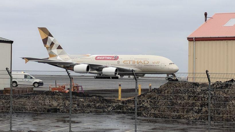 Airbus A380 farþegaþota flugfélagsins Etihad Airways á flugvellinum í morgun.