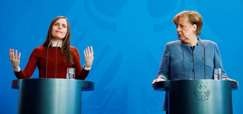Katrín Jakobsdóttir og Angela Merkel á blaðamannafundi áður en fundur ...