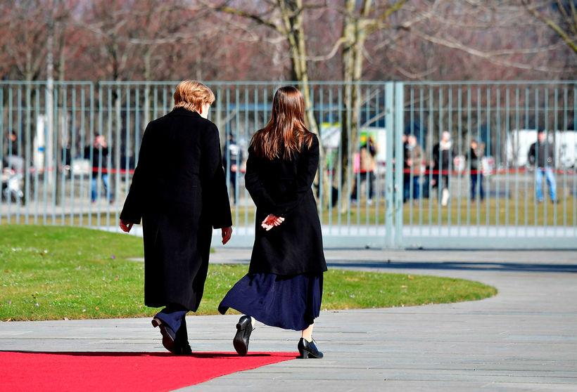 Angela Merkel og Katrín Jakobsdóttir ganga hlið við hlið fyrir ...