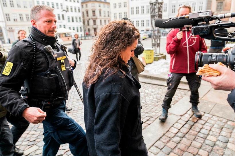 Betina Hald Engmark, verjandi Madsen mætir til dómshússins í Kaupmannahöfn.