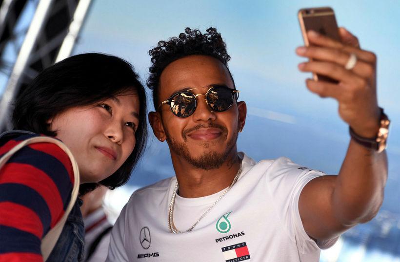 Lewis Hamilton sinnir aðdáanda í Melbourne í dag.