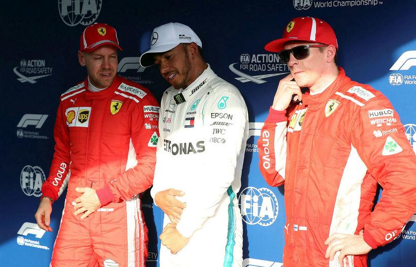 Lewis Hamilton (f. miðju) var ekki lengi að svara háði ...