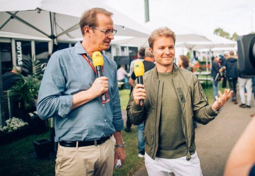 Rosberg (t.h.) mundar míkrófóninn hjá þýsku sjónvarpsstöðinni RTL í Melbourne ...