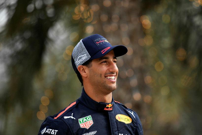 Daniel Ricciardo mætir til æfingarinnar í Barein, brosmildur að vanda.