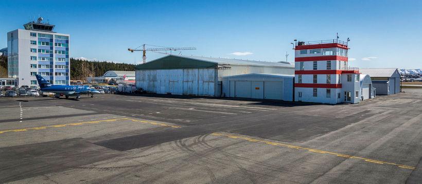 Elsta flugskýlið í Reykjavík er frá stríðsárunum. Við hliðina er ...
