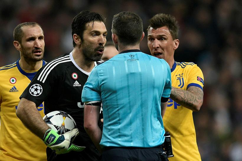 Gianluigi Buffon lætur dómarann heyra það eftir vítaspyrnudóminn.