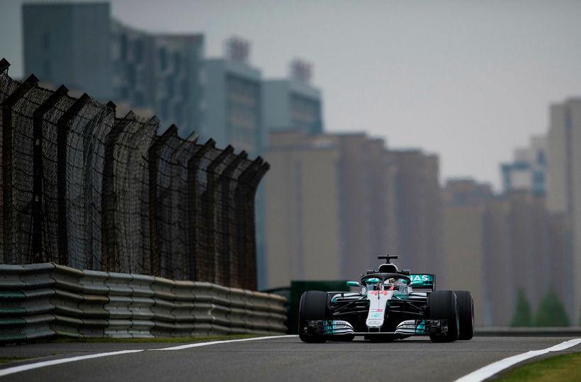 Lewis Hamilton á seinni æfingunni í Sjanghæ.