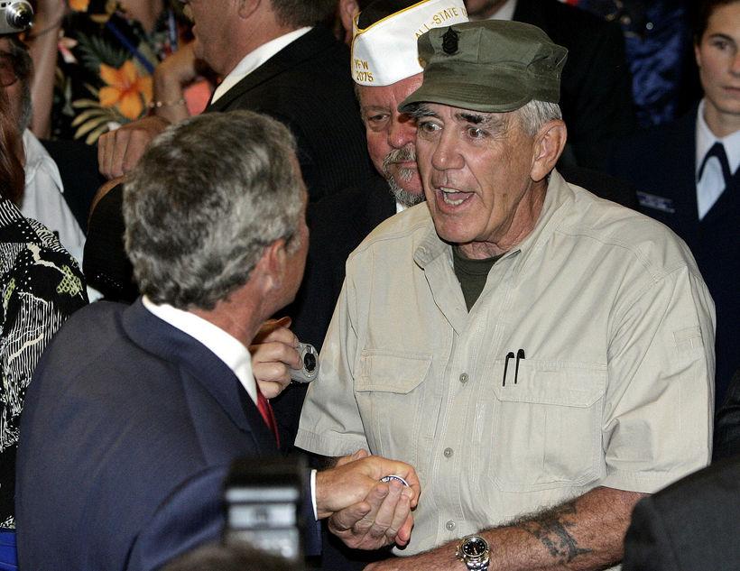 George W. Bush, fyrrverandi forseti Bandaríkjanna, heilsar R. Lee Ermey.