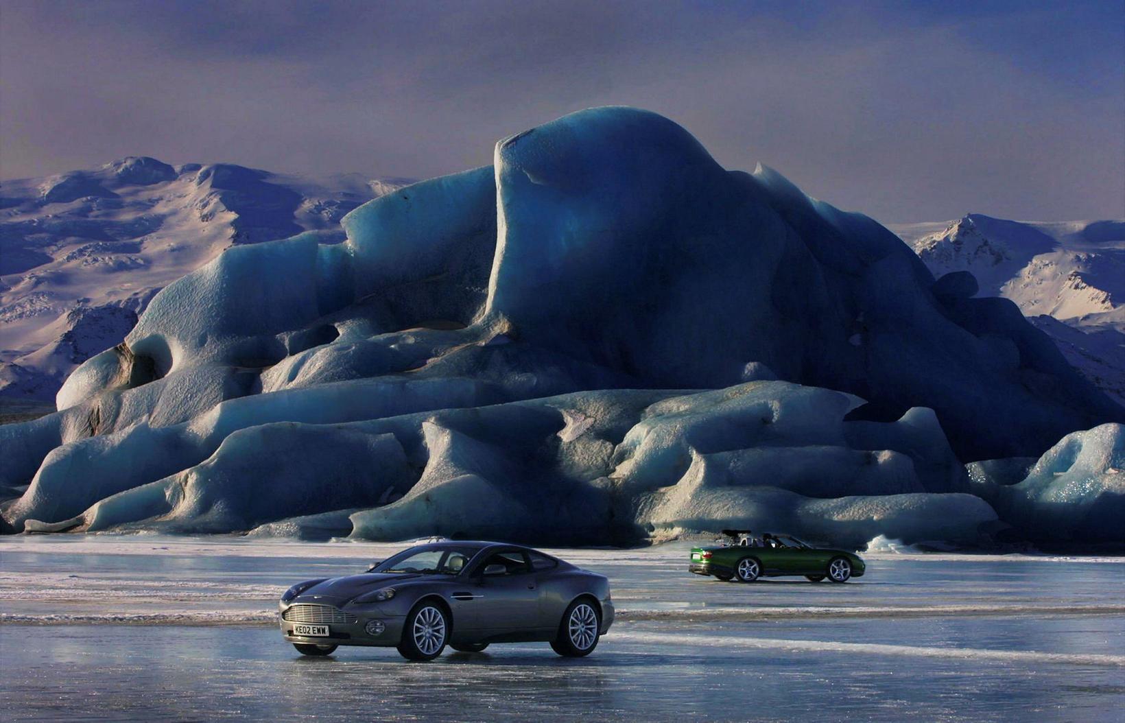 Frá Jökulsárlóni. Aston Martin Vanquish í forgrunni og Jaguar XKR …