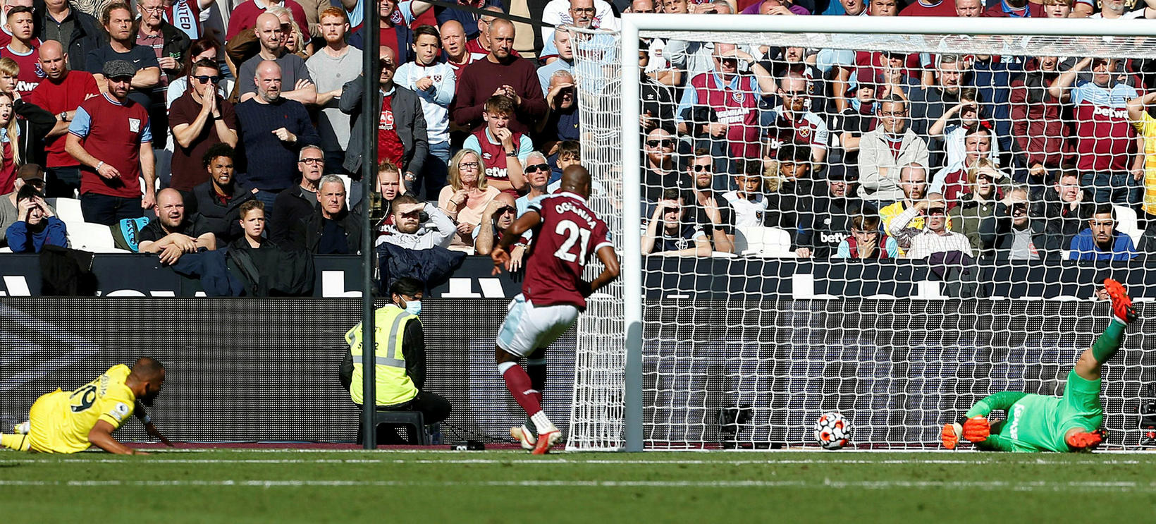 Bryan Mbeumo kemur Brentford yfir gegn West Ham í dag.