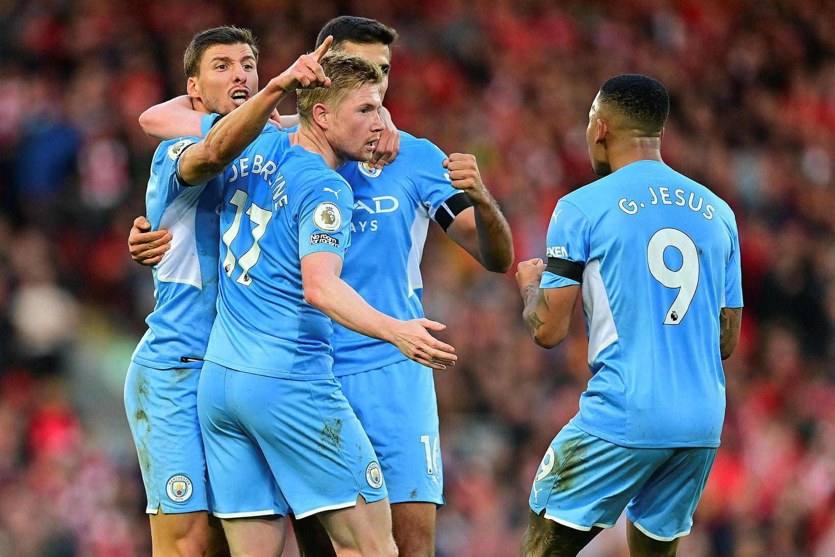 Leikmenn Manchester City fagna jöfnunarmarki Kevin De Bruyne.