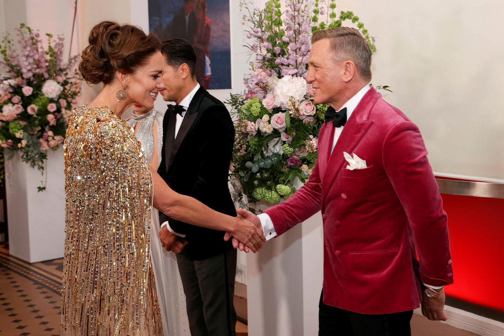 Daniel Craig og Katrín hertogaynja heilsast. Craig sagði við hana …