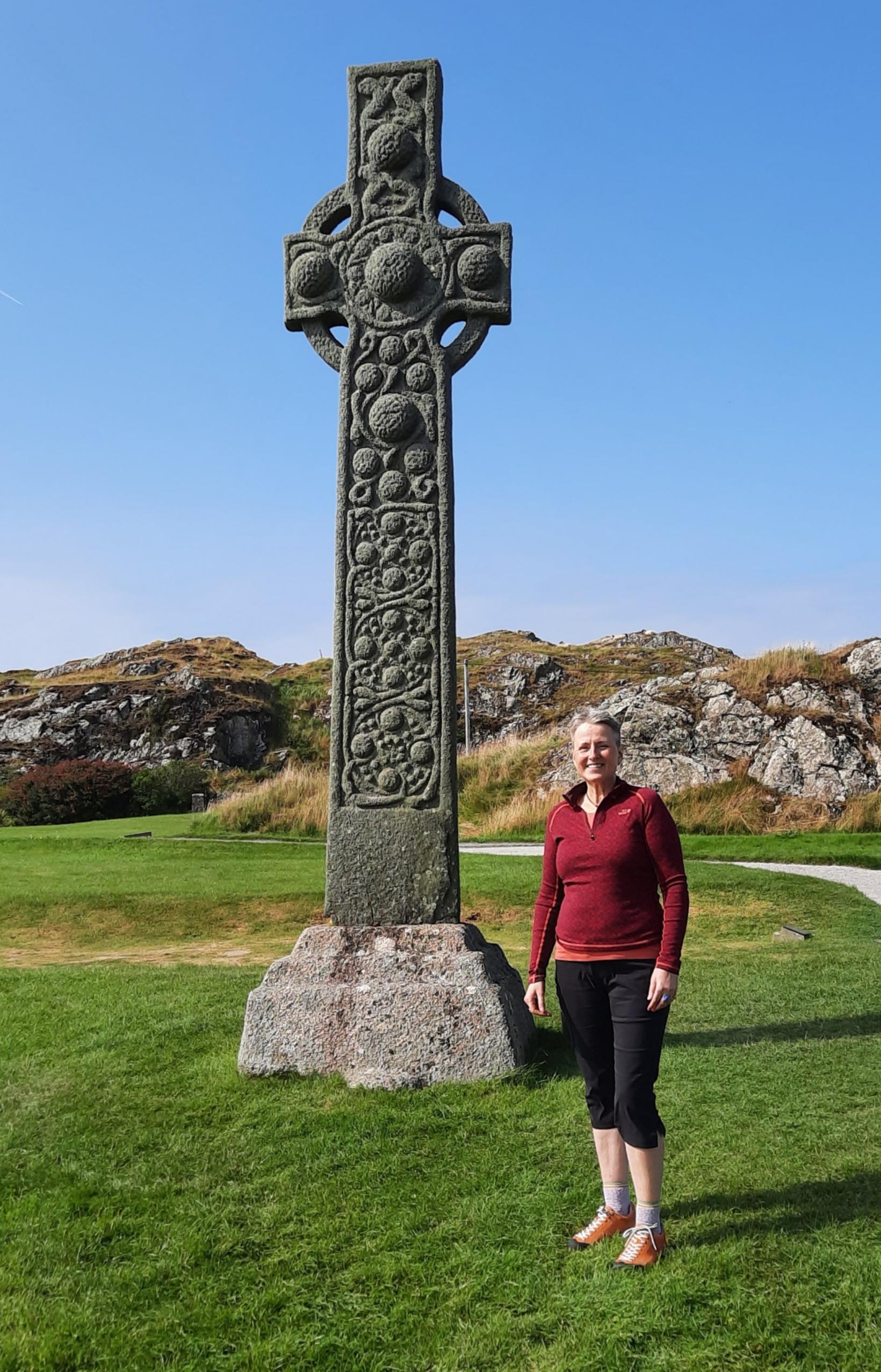 Vilborg við 1200 ára gamlan keltneskan kross á Iona, Eynni …